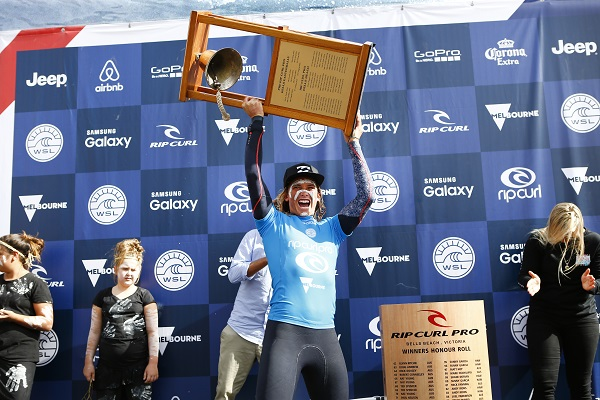 Courtney Conlogue festejando a primeira vitória no Rip Curl Pro Bells Beach (Foto: WSL / Cestari)