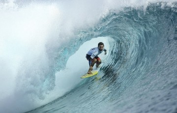 Bruno Santos winning Heat 2 of Round Four at the Billabong Pro Tahiti.